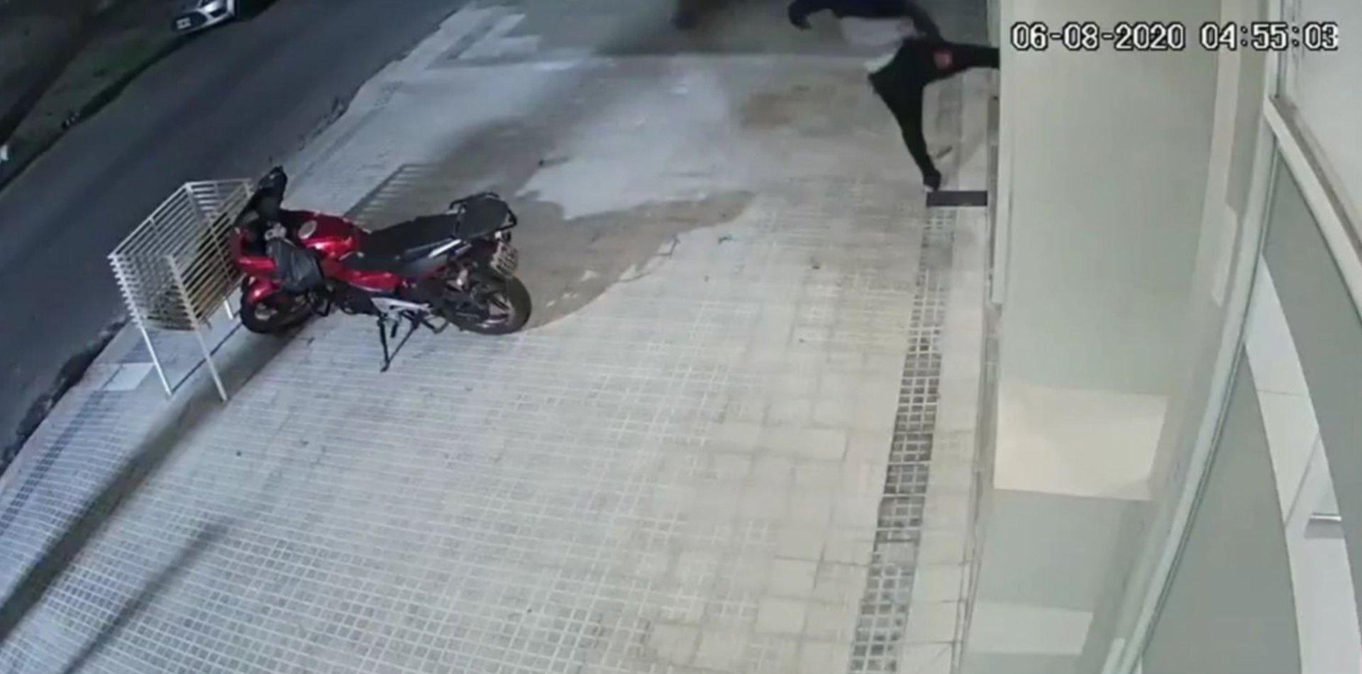 VIDEO: Con piedrazos y patadas voladoras, se metió a robar en un edificio de La Plata