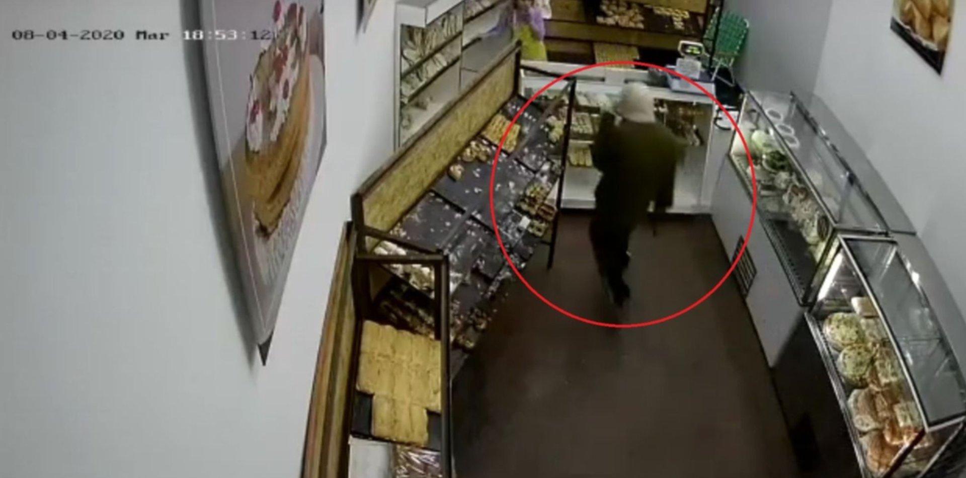 VIDEO: Un ladrón asaltó una panadería en 20 segundos y quedó registrado