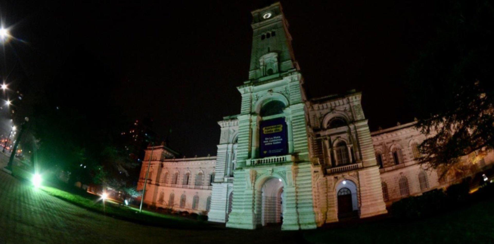 ¿Por qué iluminaron la Municipalidad de La Plata de color rojo, verde y blanco?