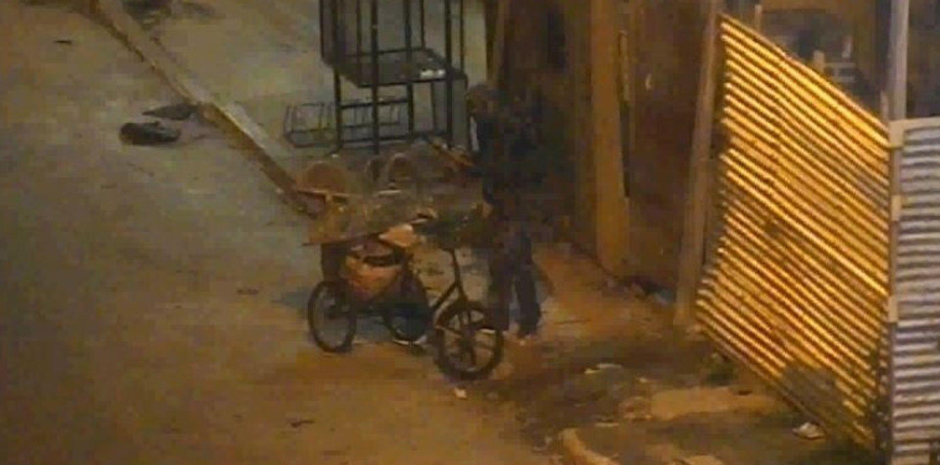 VIDEO: Atraparon a un hombre mientras robaba herramientas de una obra en Ensenada
