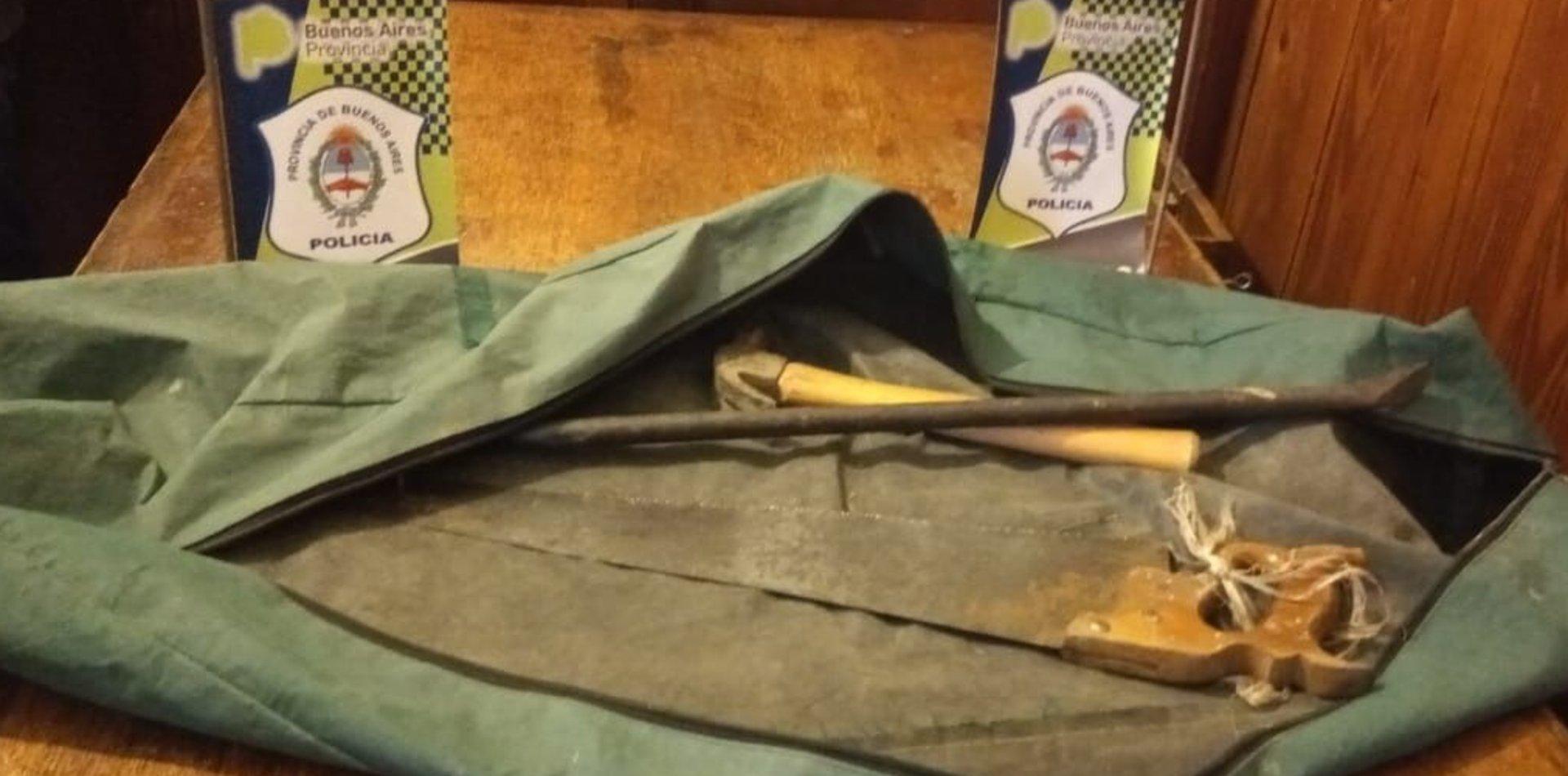 Con un serrucho, un martillo y una barreta intentaron robar tejas de una casa de La Plata