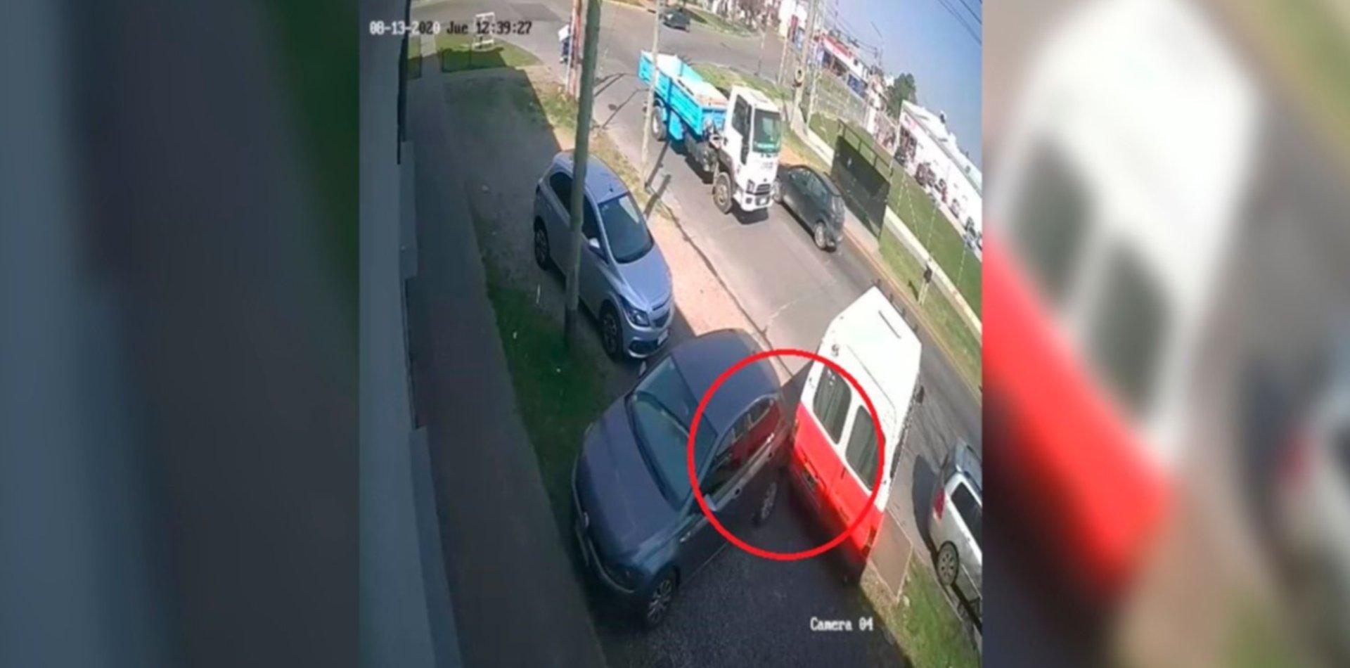 VIDEO: Un transporte escolar le chocó el auto, huyó y ahora lo busca en La Plata