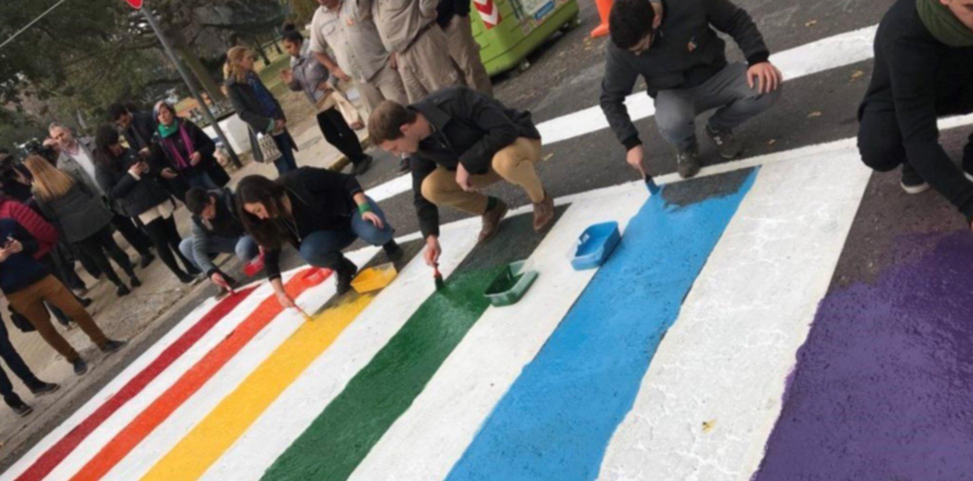 """""""El mismo amor, los mismos derechos"""": habrá sendas peatonales con los colores de la diversidad"""