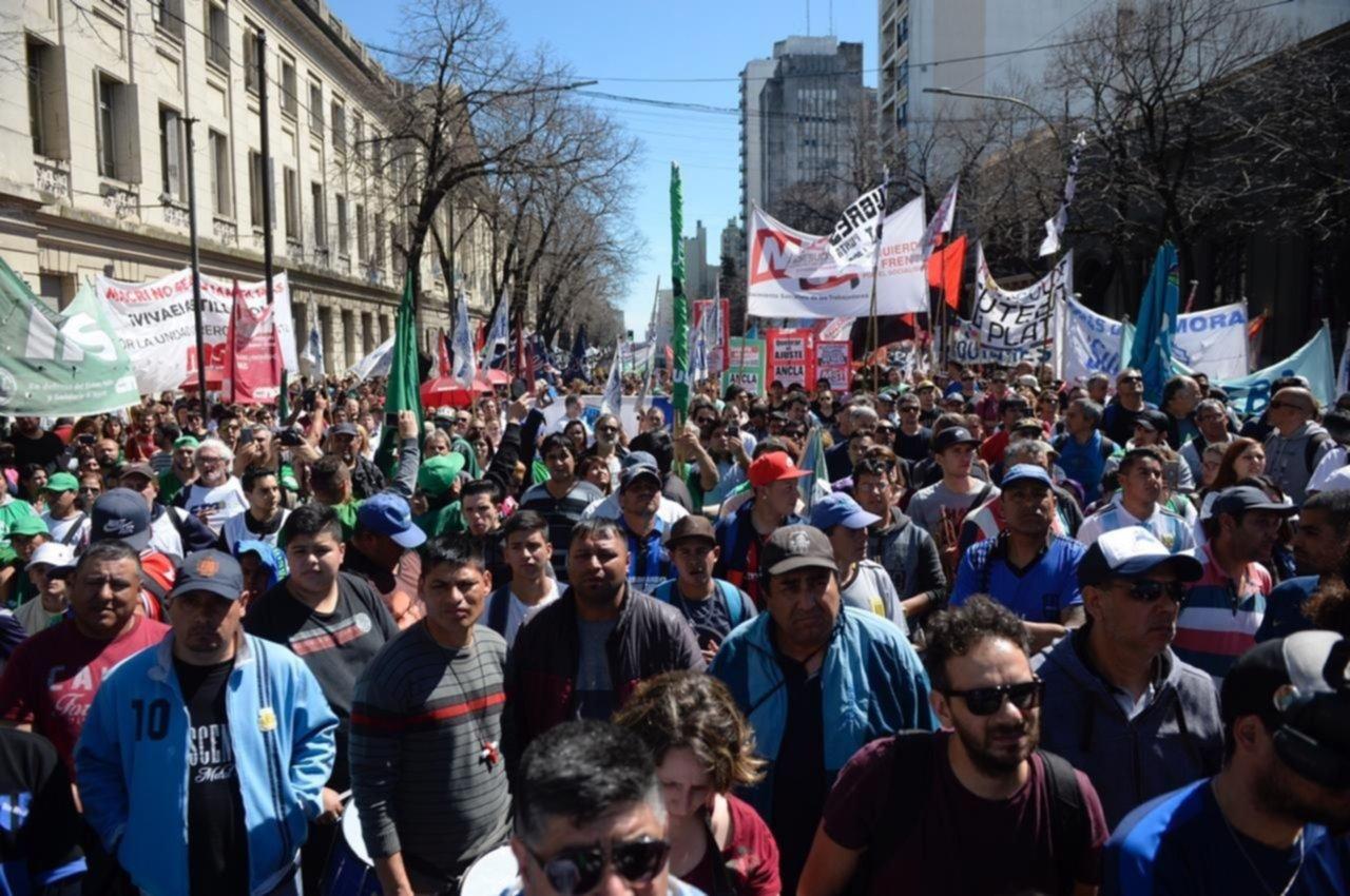 Centro colapsado: docentes, estatales, médicos y judiciales marchan por la ciudad