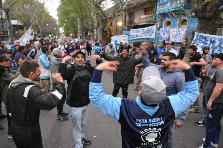 Tensión entre los trabajadores de la UOCRA: protesta en AESA