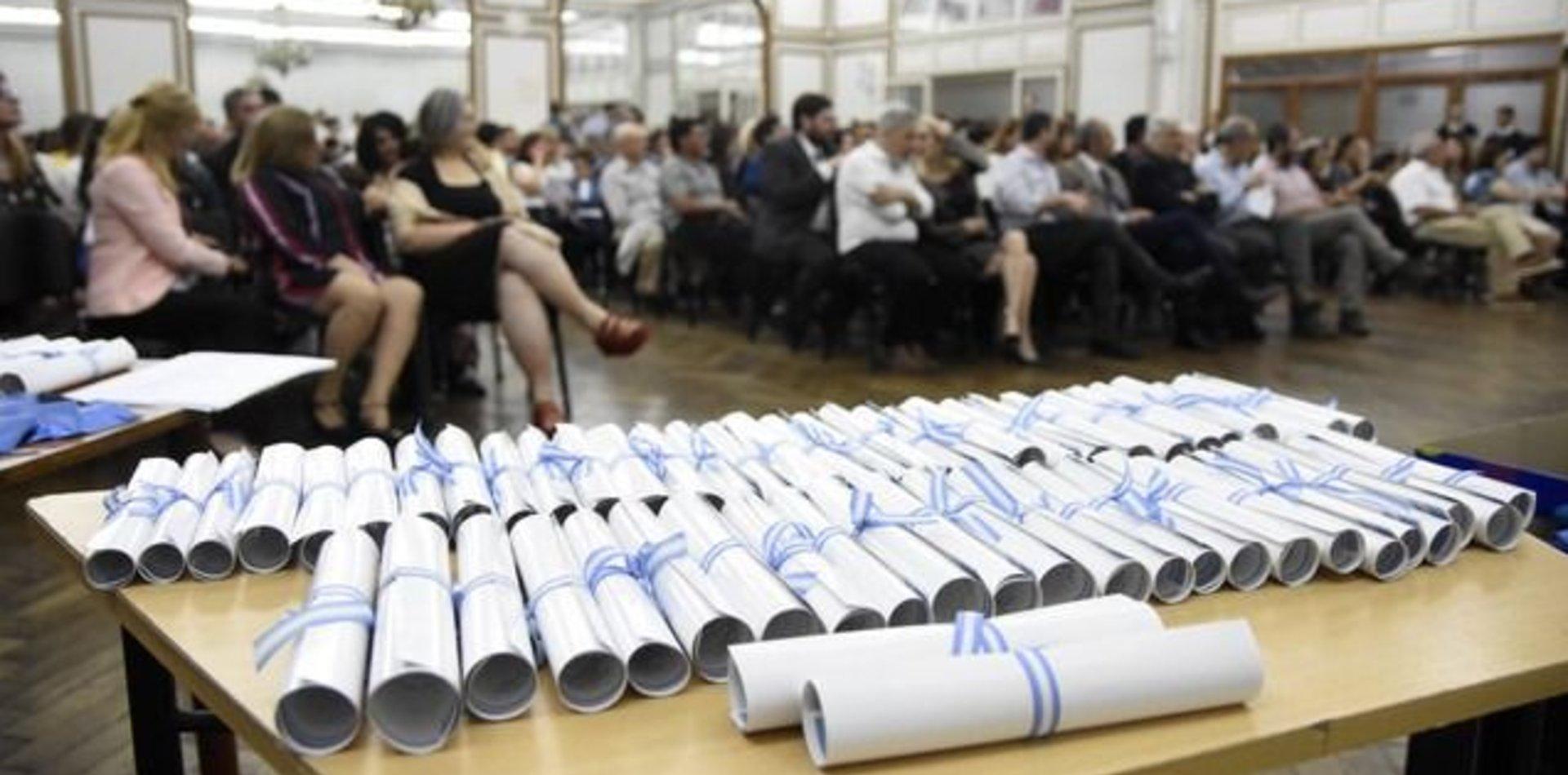 Malestar en la UNLP: ¿por qué tarda tanto la entrega de títulos universitarios?