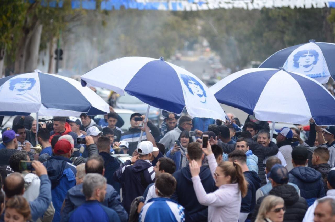 """Denunciaron a """"La 22"""" y otras barras por los disturbios en el velatorio de Diego Maradona"""