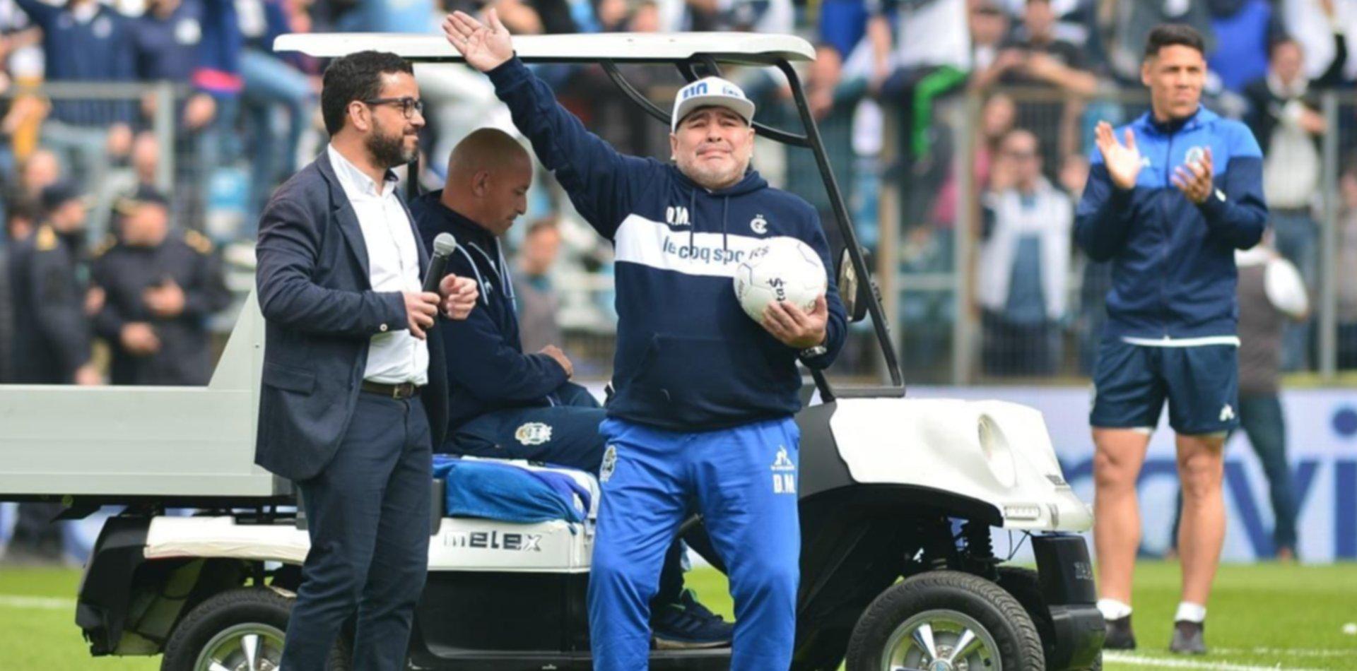 De la manga al círculo central: la emoción de Maradona al salir a la cancha del Lobo