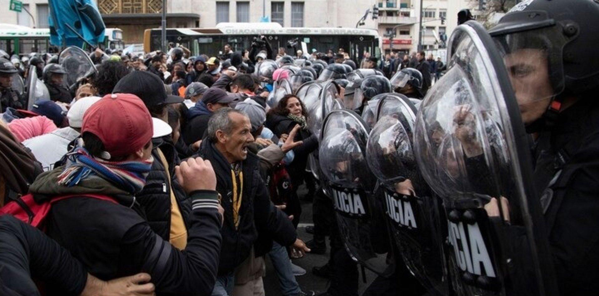 Protestas, enfrentamiento y represión en la 9 de Julio: hay manifestantes detenidos