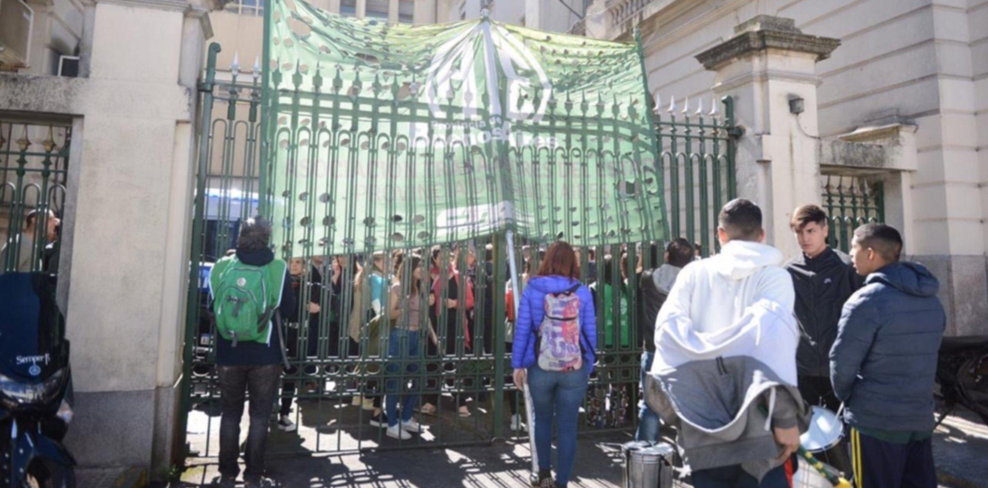 Tensión en el Ministerio de Economía: trabajadores de ARBA protestan y amenazan con tomarlo