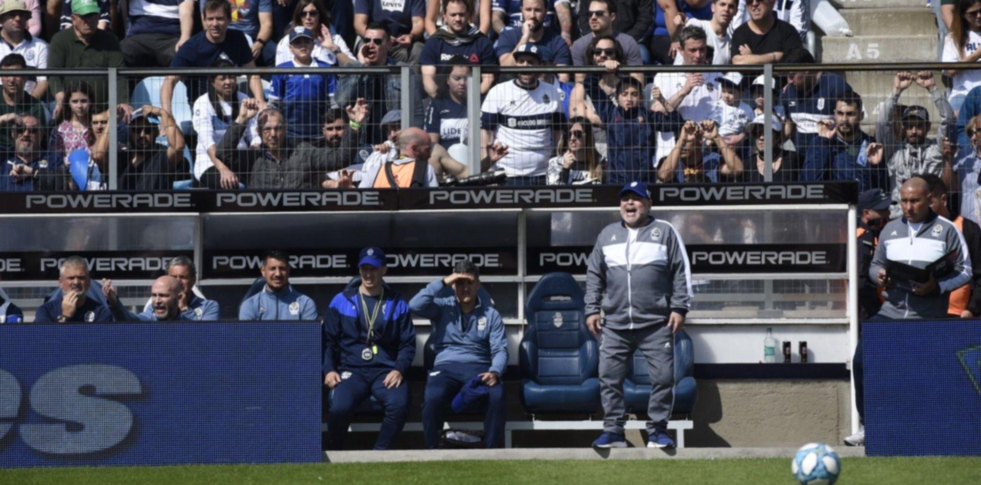 Sin refuerzos a la vista, Maradona pone la mira en los juveniles de Gimnasia