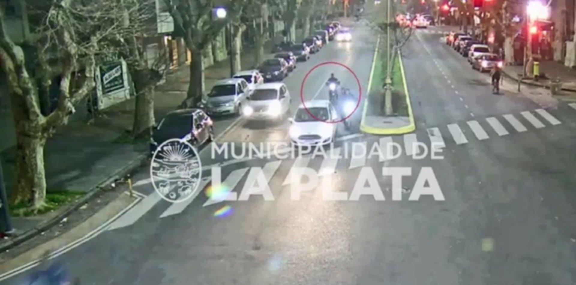 VIDEO: Una moto siguió de largo y chocó de lleno contra un auto en plena diagonal 74
