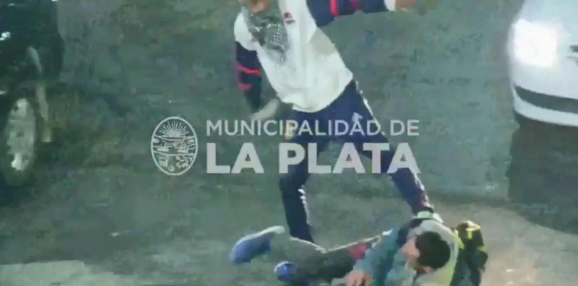 VIDEO: Una violenta pelea en 1 y 60 terminó con dos hombres detenidos