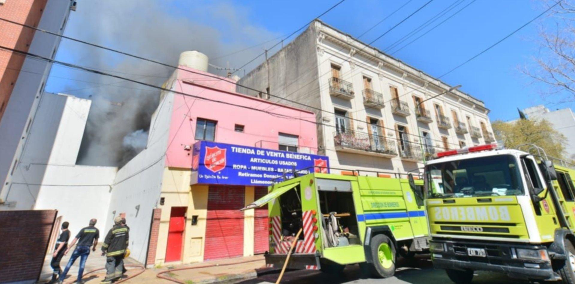 VIDEO: Se incendió el depósito del Ejército de Salvación y evacuaron edificios en la zona