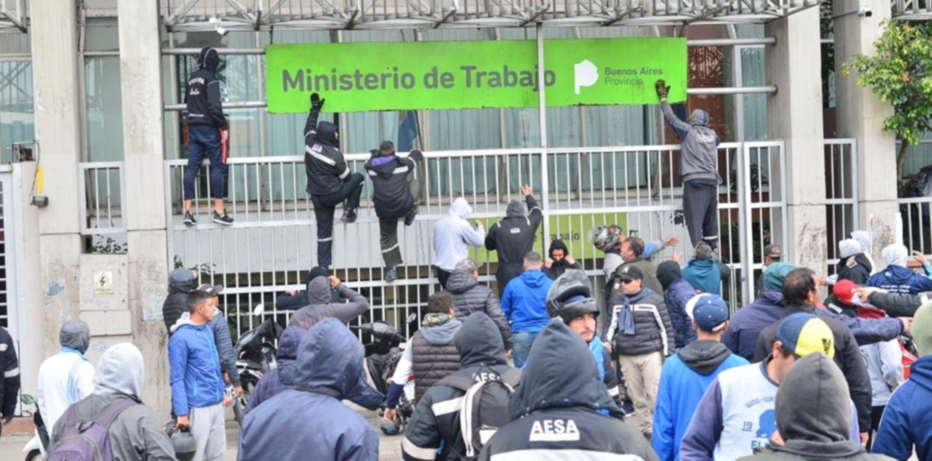 Tras los enfrentamientos, los trabajadores de la UOCRA protestaron en La Plata