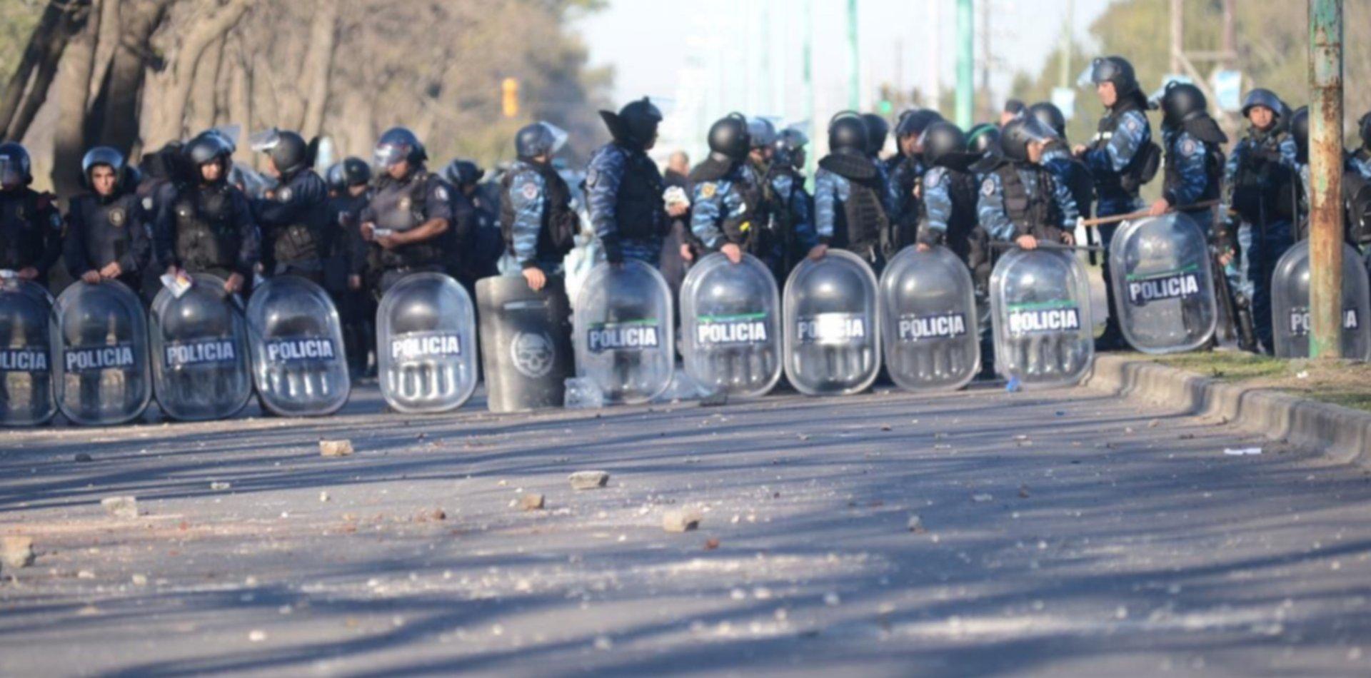 VIDEO: Así se vivieron los violentos enfrentamientos entre policías y trabajadores de la UOCRA