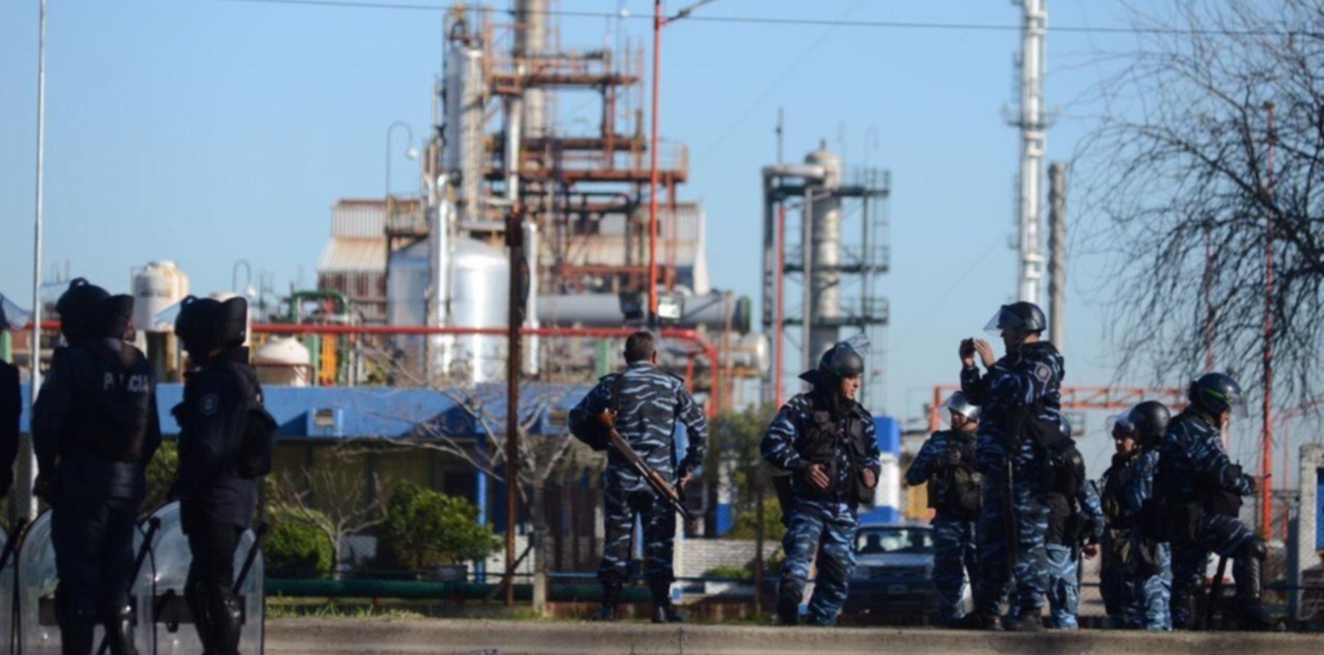 Trabajadores de la UOCRA se enfrentaron otra vez con la Policía en las puertas de YPF