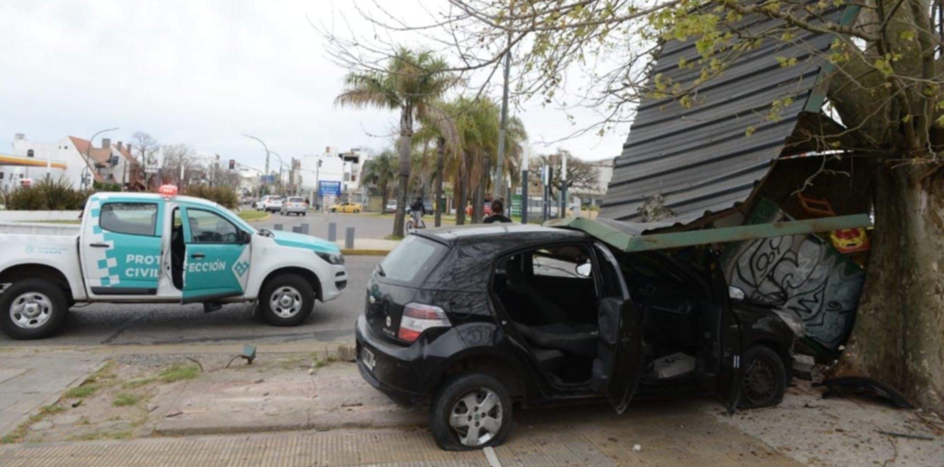 Tremendo choque en La Plata: un auto despistó en 7 y 32 y destruyó un puesto de flores