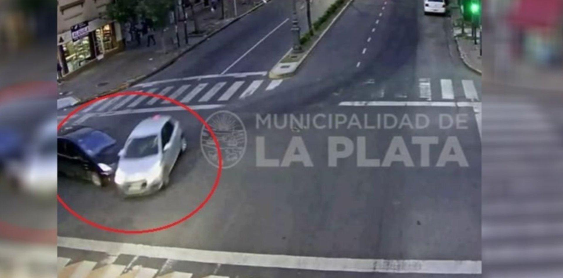 VIDEO: Cruzó en rojo y chocó contra un auto que venía a toda velocidad