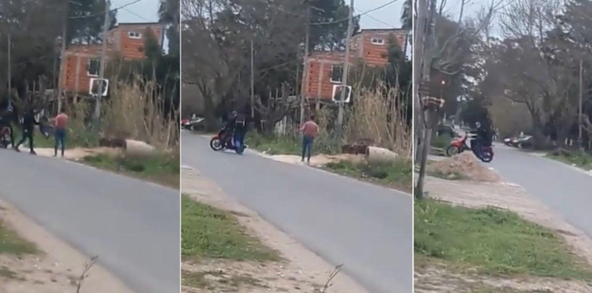 VIDEO: En menos de 20 segundos, motochorros amenazaron y le robaron a un joven en La Plata