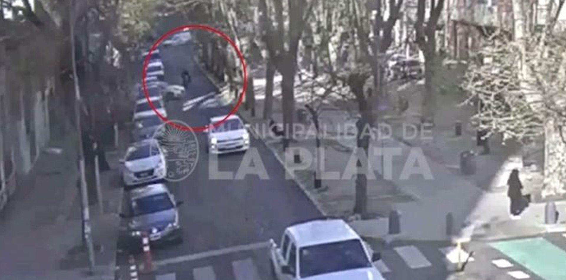 VIDEO: Sacó el auto del garaje, chocó a una moto y su conductor terminó en el hospital