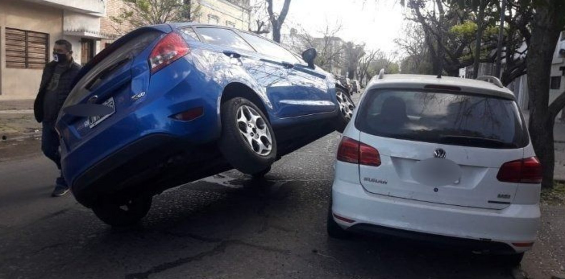 Insólito choque en un barrio de La Plata: un auto amaneció arriba de otro