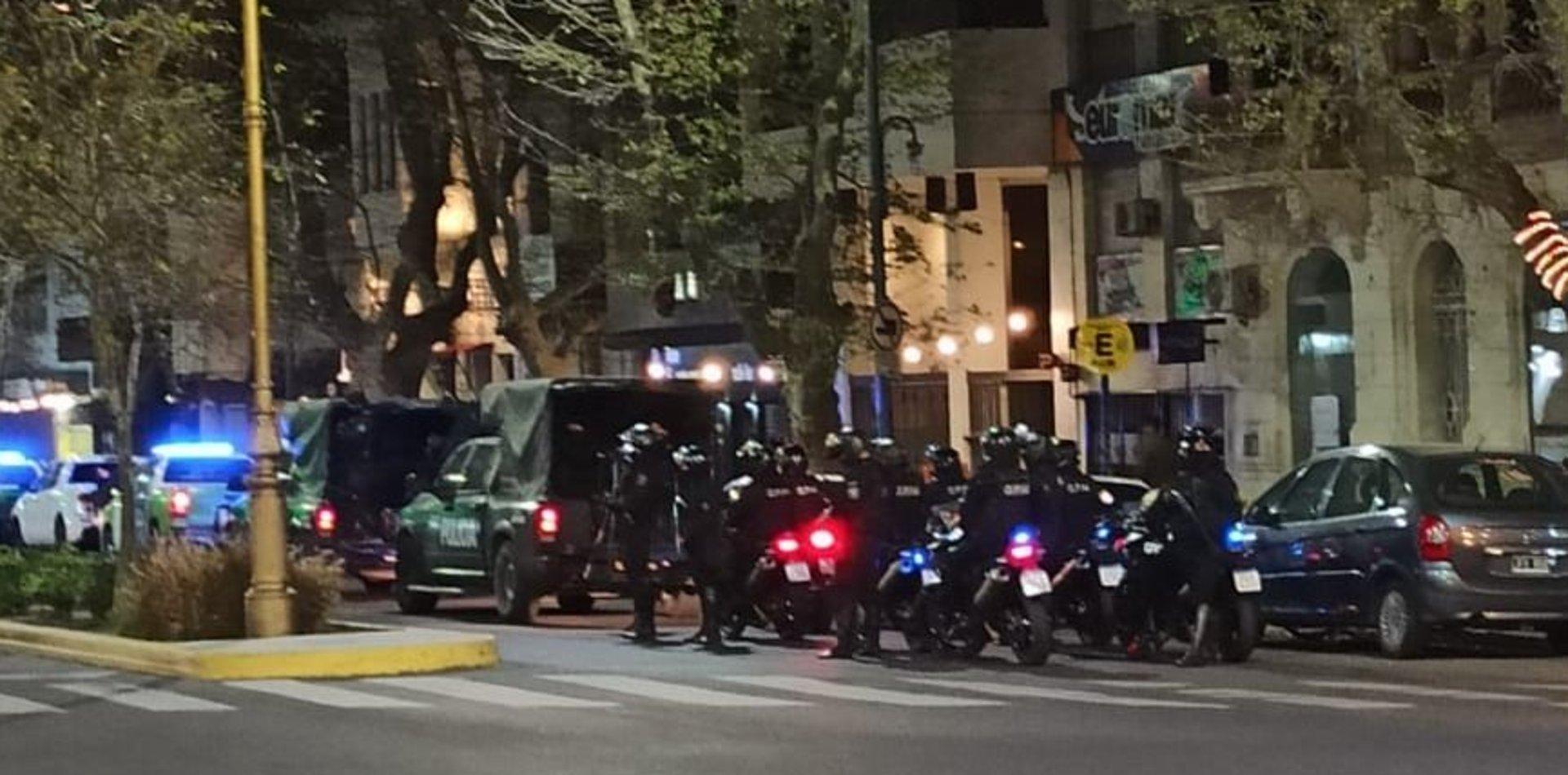 VIDEO: Fuerte operativo policial para sacar las mesas de las cervecerías en diagonal 74