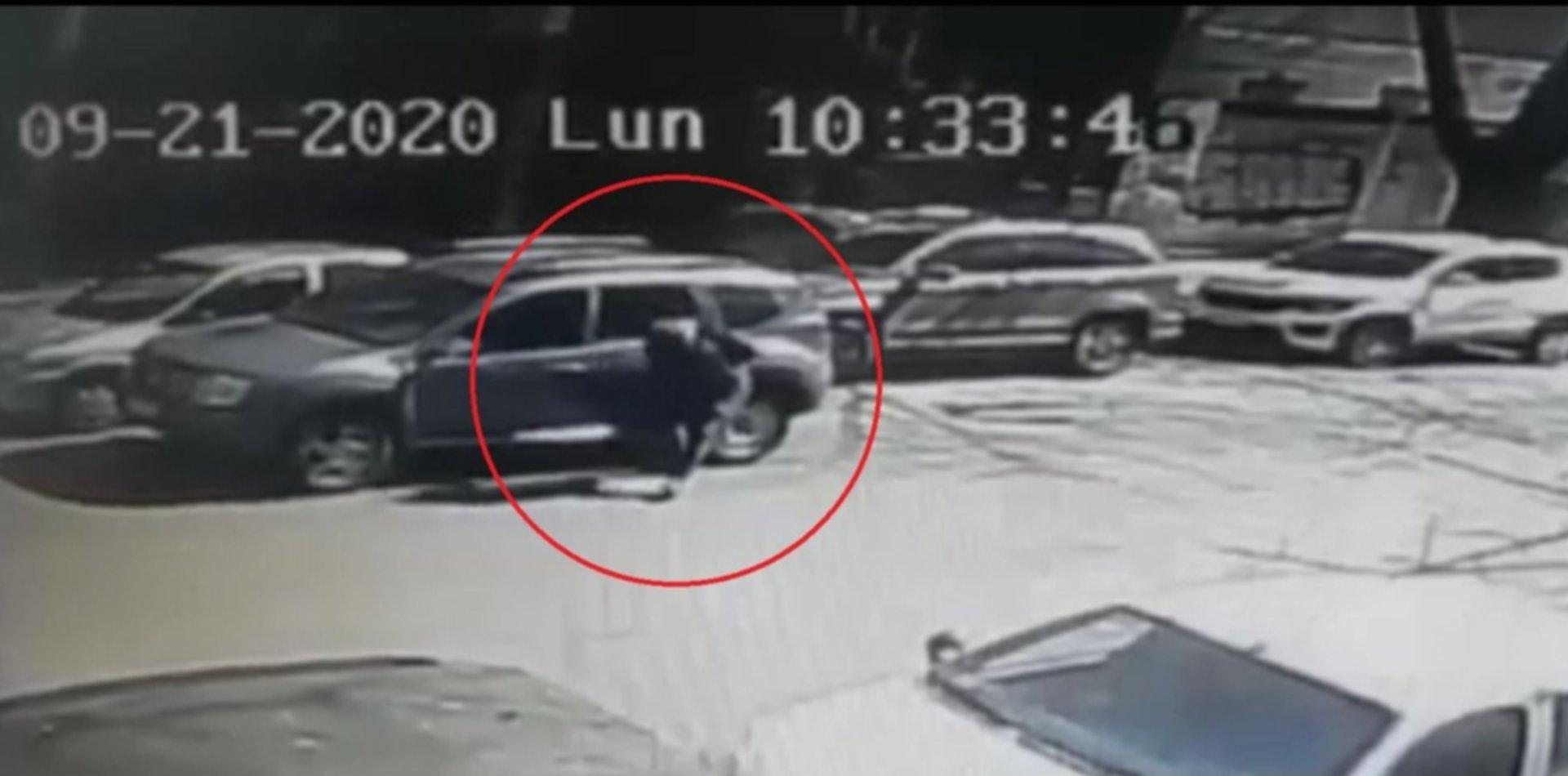 VIDEO: Aprovechó un descuido y robó un maletín de un auto estacionado en doble fila