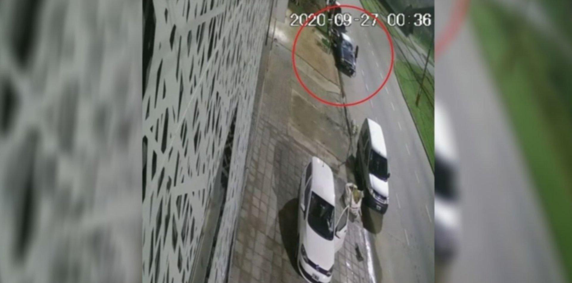 VIDEO: Una mujer apedreó un auto estacionado en La Plata y escapó
