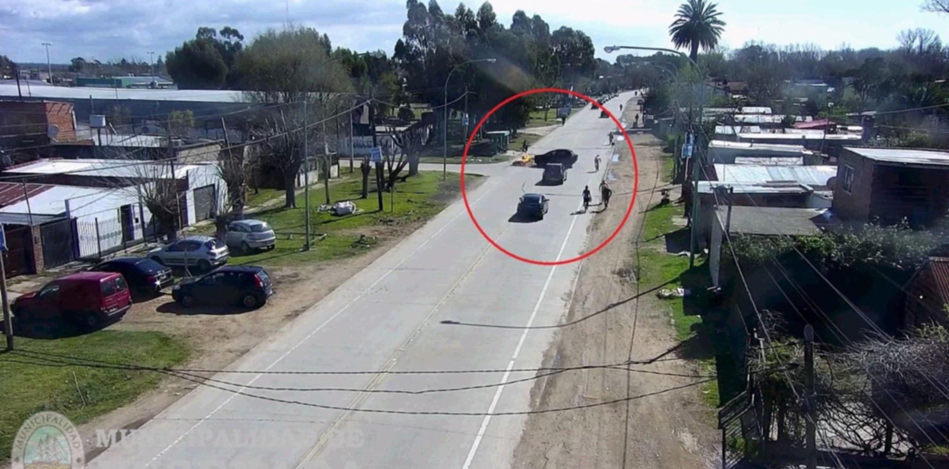 VIDEO: Chocó contra un auto, salió volando y se le prendió fuego la moto