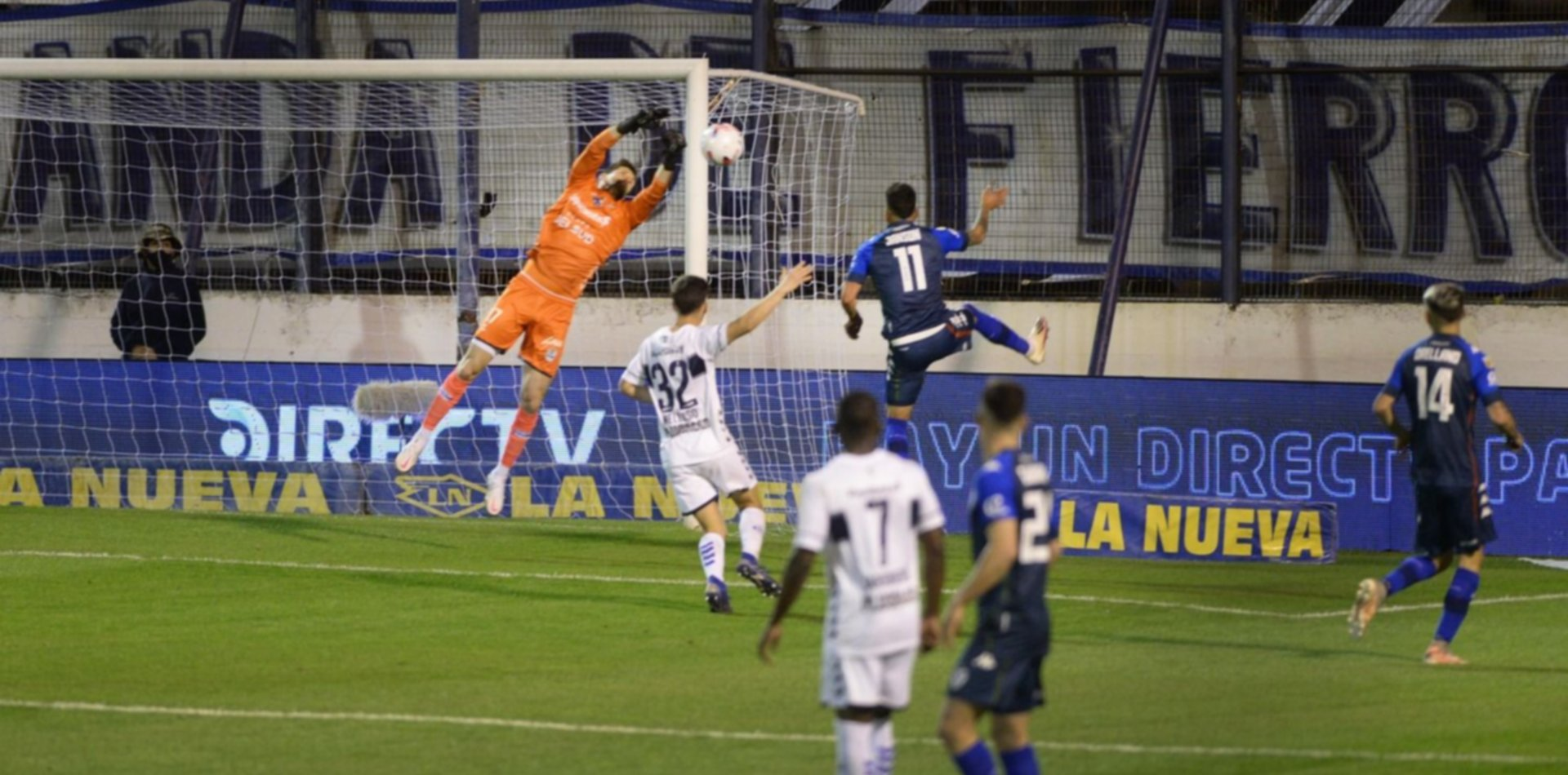 Rey y el travesaño salvaron a Gimnasia que consiguió un empate ante un duro Vélez