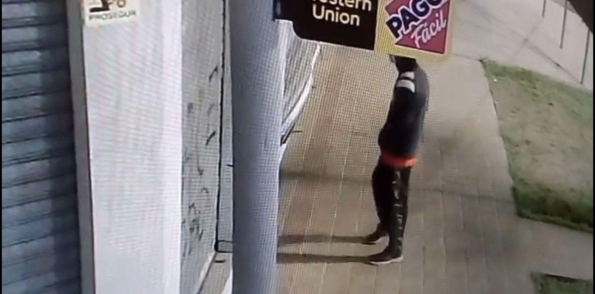 VIDEO: Saquearon una barbería de La Plata tras forzar una persiana y quedaron filmados