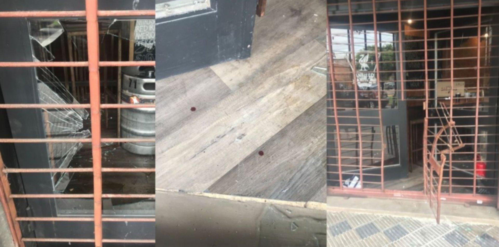 Rompieron el vidrio de una conocida cervecería platense para tomar cerveza y comer adentro