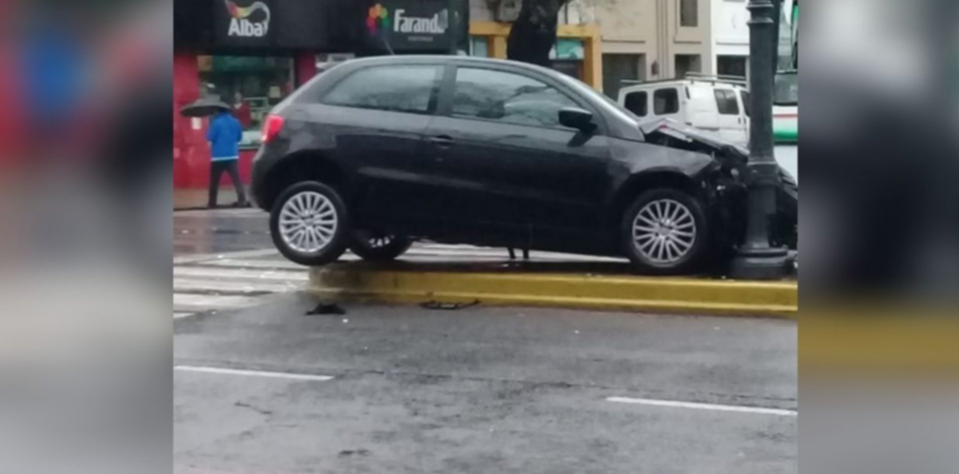 Espectacular choque terminó con un auto sobre la rambla en pleno centro
