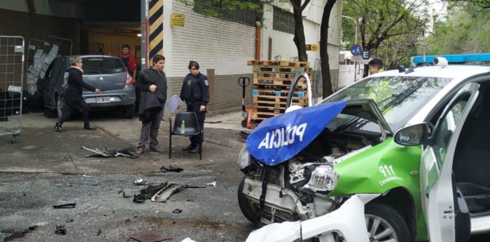 Espectacular choque entre un patrullero y un auto que terminó adentro de un supermercado