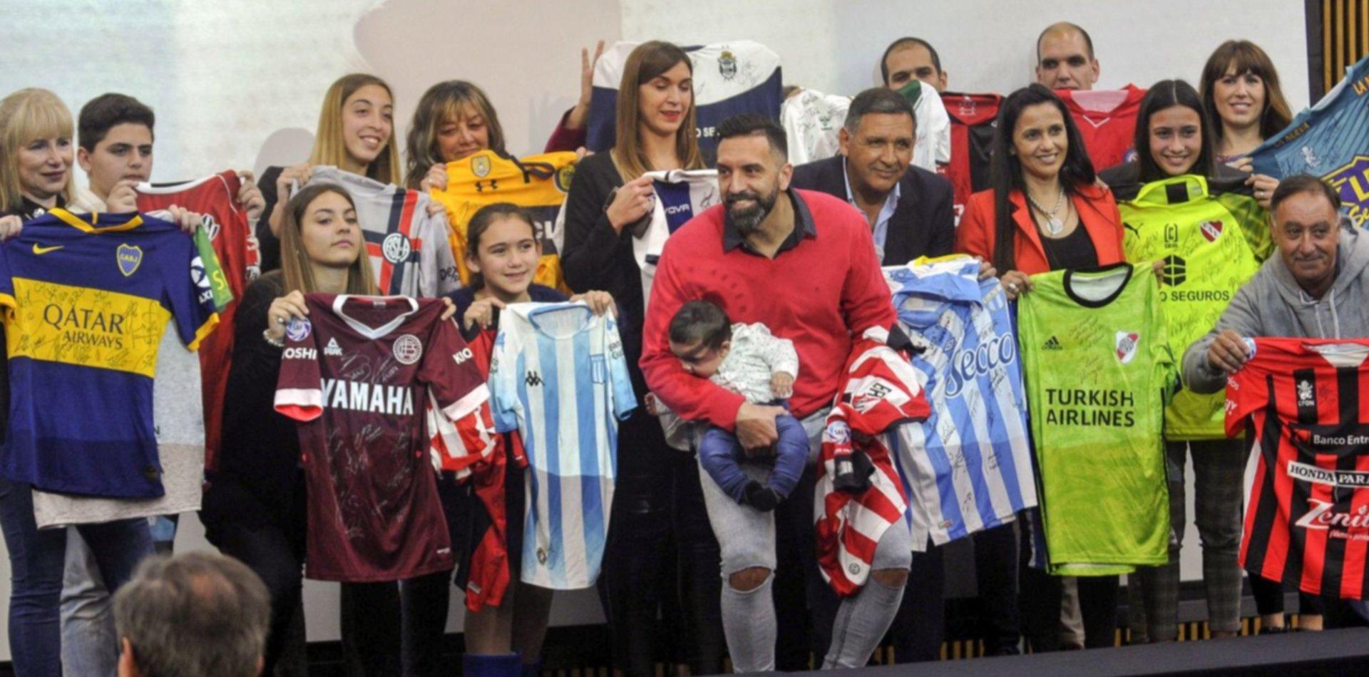 La familia Brown recibió todas las camisetas firmadas por los equipos en homenaje al Tata