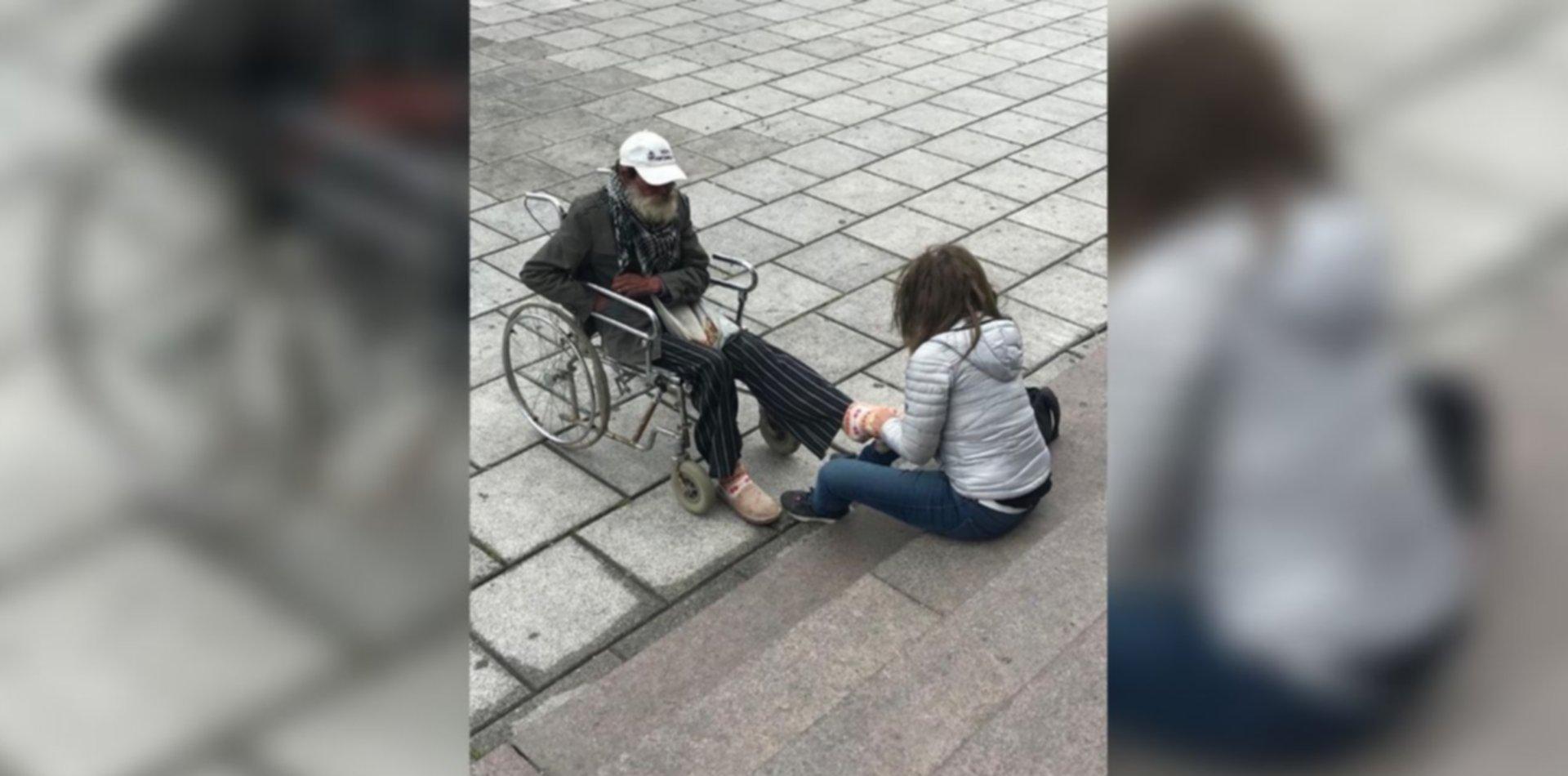 La foto que emociona: el gesto solidario de una joven con un hombre en situación de calle