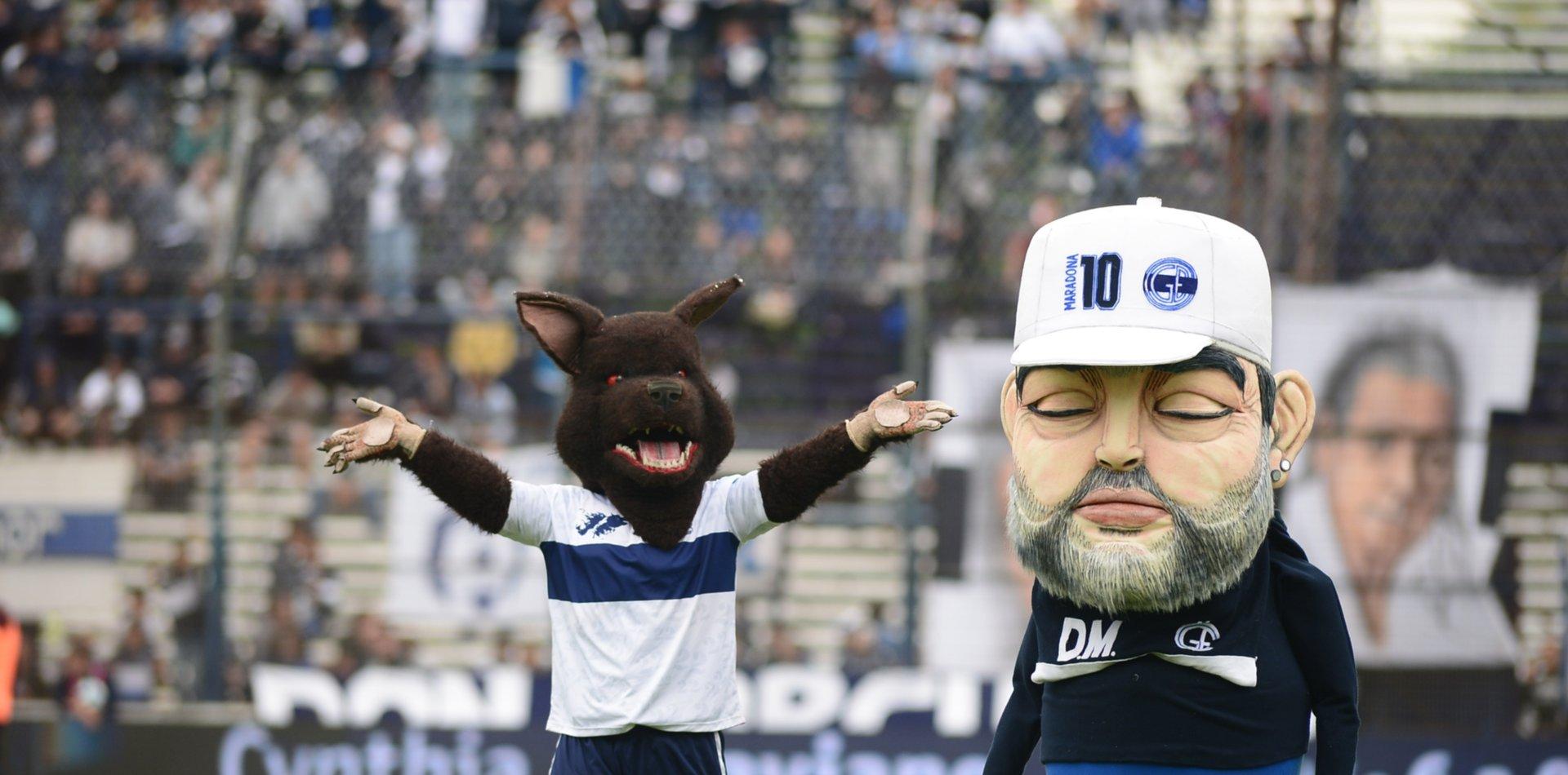 Gimnasia: lluvia de memes por el muñeco de Diego Maradona que apareció en el Bosque