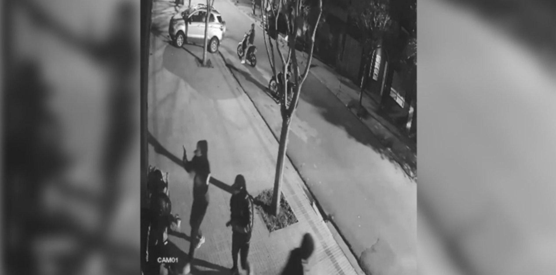 VIDEO: Cuatro motochorros amenazaron un repartidor de Rappi y le robaron la moto