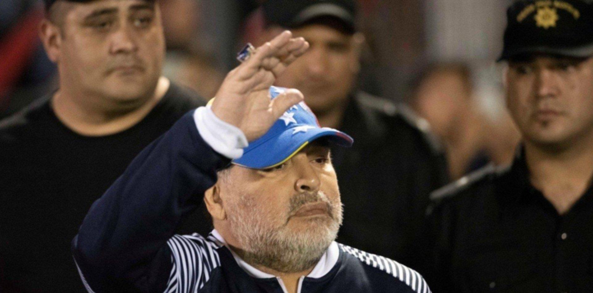 """Maradona le apuntó al árbitro: """"Es un cobarde, no fue penal y luego quiso compensar"""""""