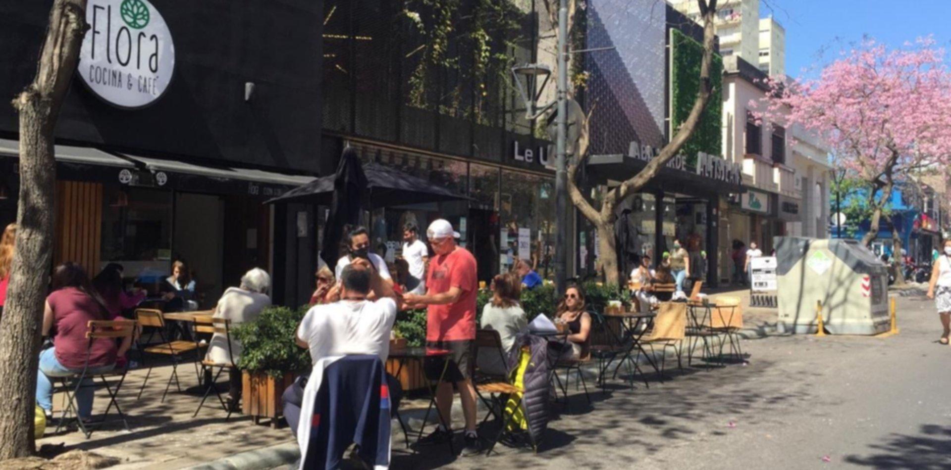 Bares y restaurantes de La Plata ya empezaron a atender en la calle