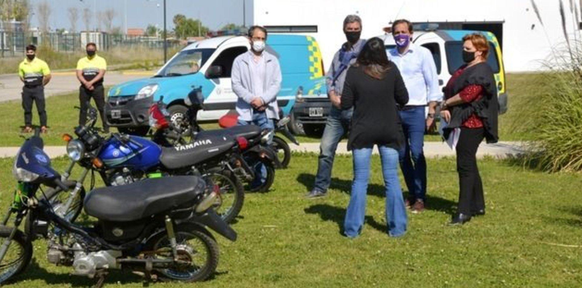 El Municipio le entregó cuatro motos a la Escuela Universitaria de Oficios de la UNLP