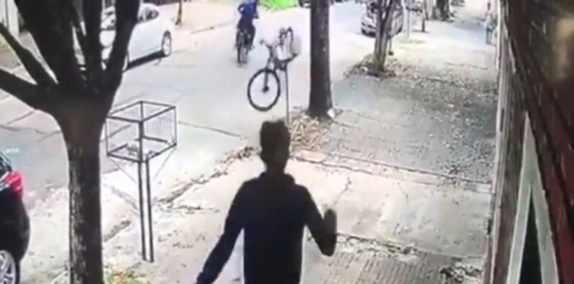 VIDEO: Asaltaron a un ciclista en La Plata y se les enganchó la bicicleta en un canasto