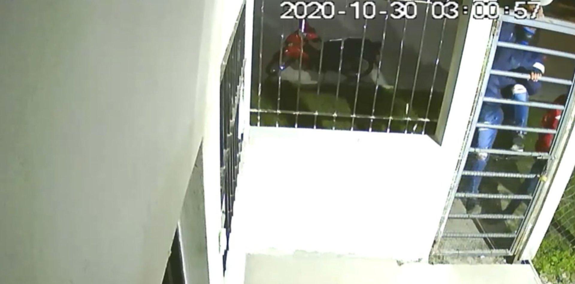 VIDEO: Dos ladrones saltaron el portón de una casa para entrar a robar y quedaron filmados