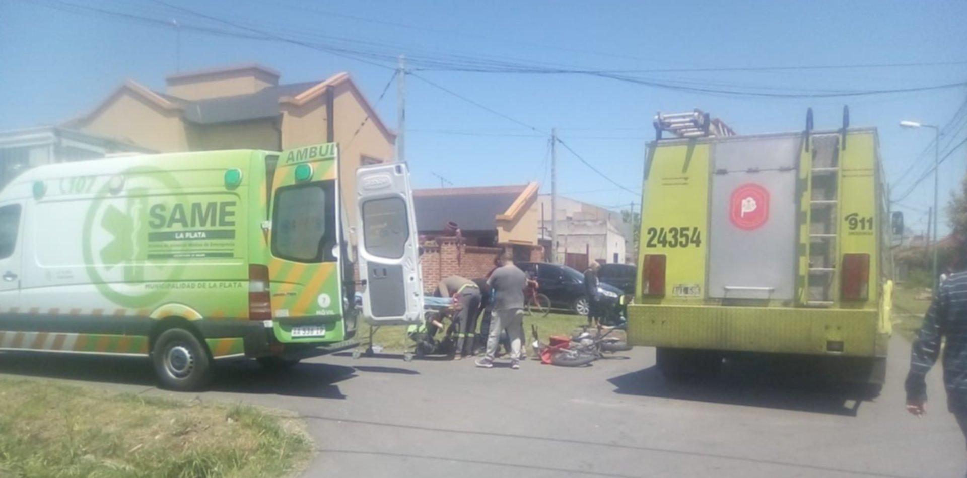 Una moto chocó con un camión, dos hombres terminaron en el piso y se salvaron de milagro