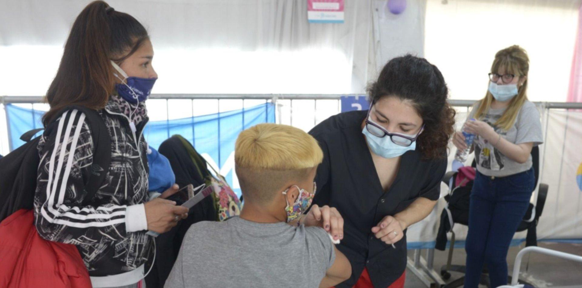 Convocan a escuelas bonaerenses para funcionar como centros de vacunación para chicos
