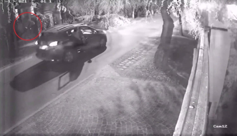 """Insólito ataque """"karateca"""" en La Plata: bajó de un auto y abrió un portón de una patada"""