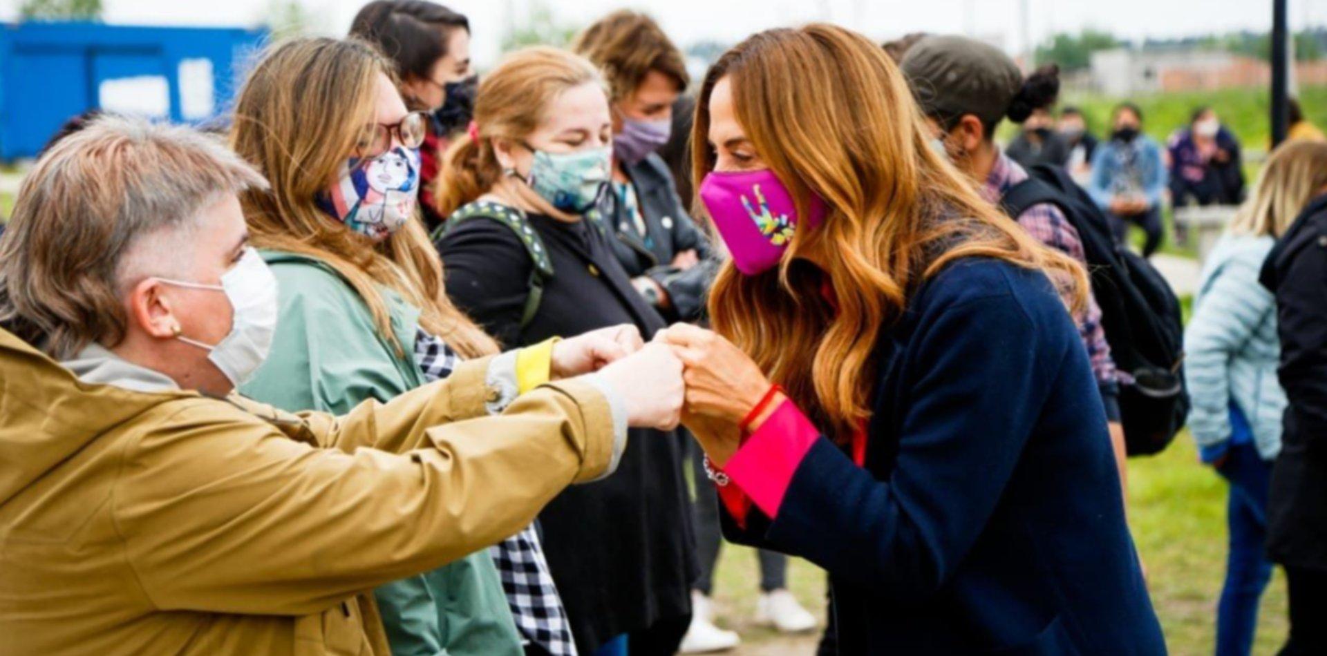 Tolosa Paz desembarcó en La Plata y siguió la campaña con una agenda feminista y de niñez