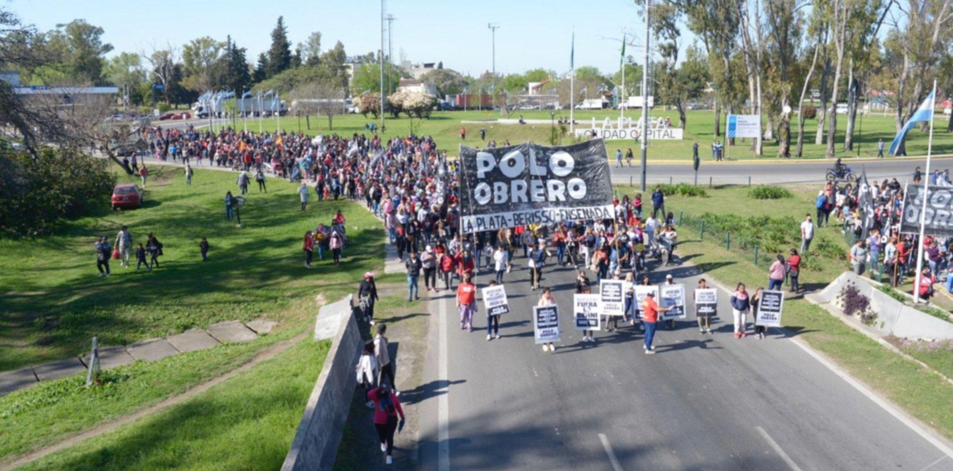 Piqueteros cortan la Autopista La Plata-Buenos Aires y hay desvíos para llegar a Capital