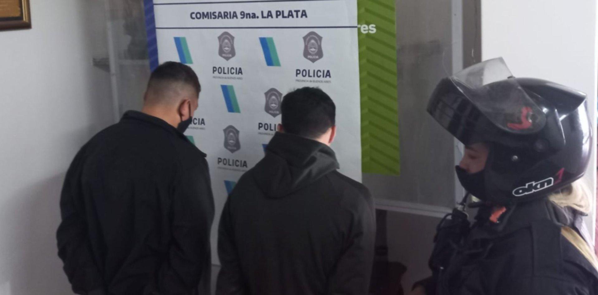 Atraparon en La Plata a dos jóvenes que viajaban en una moto robada en Berazategui